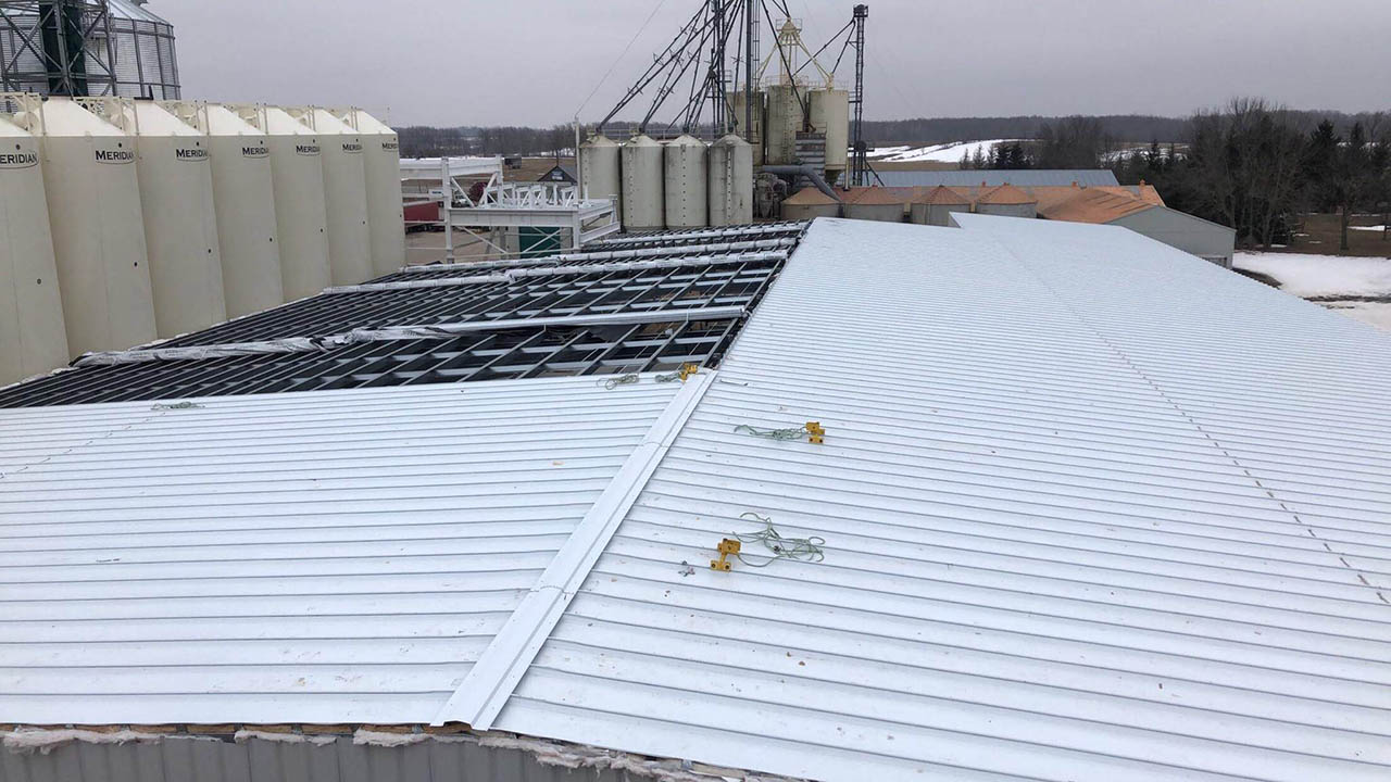 Commercial Building Erection Project -Snobelen Farms- BB GUNN offers pre-engineered metal building erecting, installation of wall cladding systems, steel roofs and insulated metal panel, structural steel, welding, and steel decking.